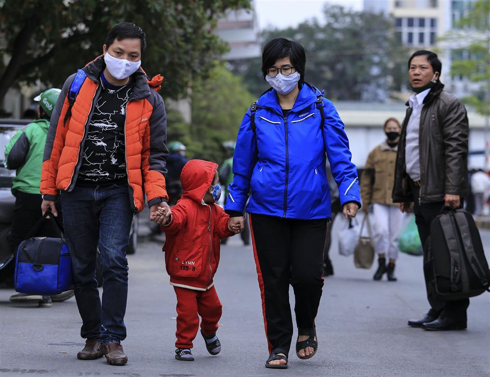 Chùm ảnh: Người dân lỉnh kỉnh đồ đạc quay lại Hà Nội sau kỳ nghỉ Tết, khu vực cửa ngõ Thủ đô kẹt cứng gần chục cây số-20