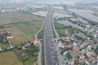 Chùm ảnh: Người dân lỉnh kỉnh đồ đạc quay lại Hà Nội sau kỳ nghỉ Tết, khu vực cửa ngõ Thủ đô kẹt cứng gần chục cây số
