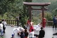 Nhóm phụ nữ mặc đồ hở, tạo dáng chụp ảnh ở chùa Linh Quy Pháp Ấn