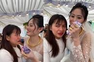 Cô gái ôm cô dâu khóc như mưa ở đám cưới, nguyên nhân phía sau mới bất ngờ