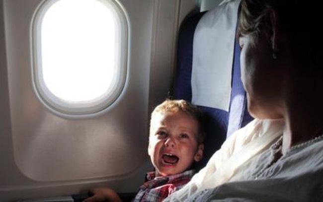 Sợ con quấy khóc làm phiền hành khách đi máy bay, mẹ có cách dỗ ngọt đặc biệt được dân mạng tán dương hết lời-2