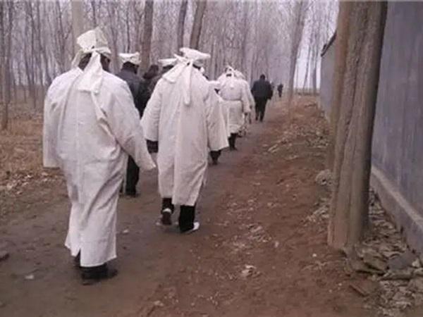 76 dân làng chết trong vòng 6 năm sau khi đào được phiến đá màu máu đỏ, chân tướng kinh hoàng bại lộ sau một vụ hỏa hoạn-2
