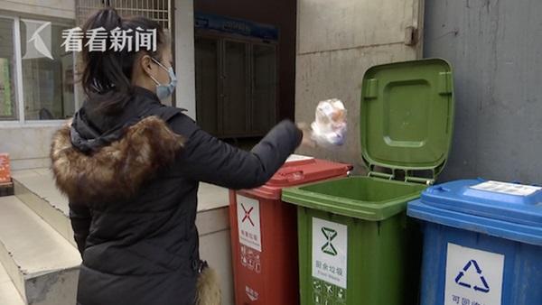 Người phụ nữ đột ngột đứt gân ngón tay khi đang đi vứt rác, nguyên nhân được tiết lộ khiến ai cũng phải tự ngẫm lại bản thân mình-1