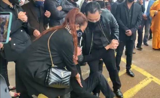 Dàn nghệ sĩ khóc nghẹn, đứng không vững trong giờ phút tiễn đưa linh cữu ca sĩ Vân Quang Long vào nhà hỏa thiêu-1