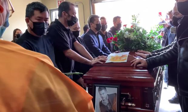 Dàn nghệ sĩ khóc nghẹn, đứng không vững trong giờ phút tiễn đưa linh cữu ca sĩ Vân Quang Long vào nhà hỏa thiêu-5