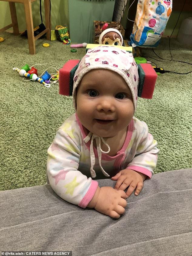Bé gái được mẹ đeo mấy miếng mút xốp trên đầu, khi biết lý do ai cũng khen mẹ quá thông minh-1