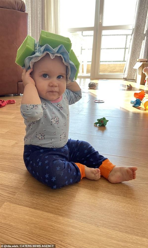 Bé gái được mẹ đeo mấy miếng mút xốp trên đầu, khi biết lý do ai cũng khen mẹ quá thông minh-2