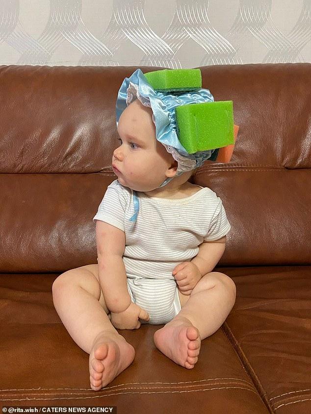 Bé gái được mẹ đeo mấy miếng mút xốp trên đầu, khi biết lý do ai cũng khen mẹ quá thông minh-3