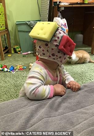 Bé gái được mẹ đeo mấy miếng mút xốp trên đầu, khi biết lý do ai cũng khen mẹ quá thông minh-4