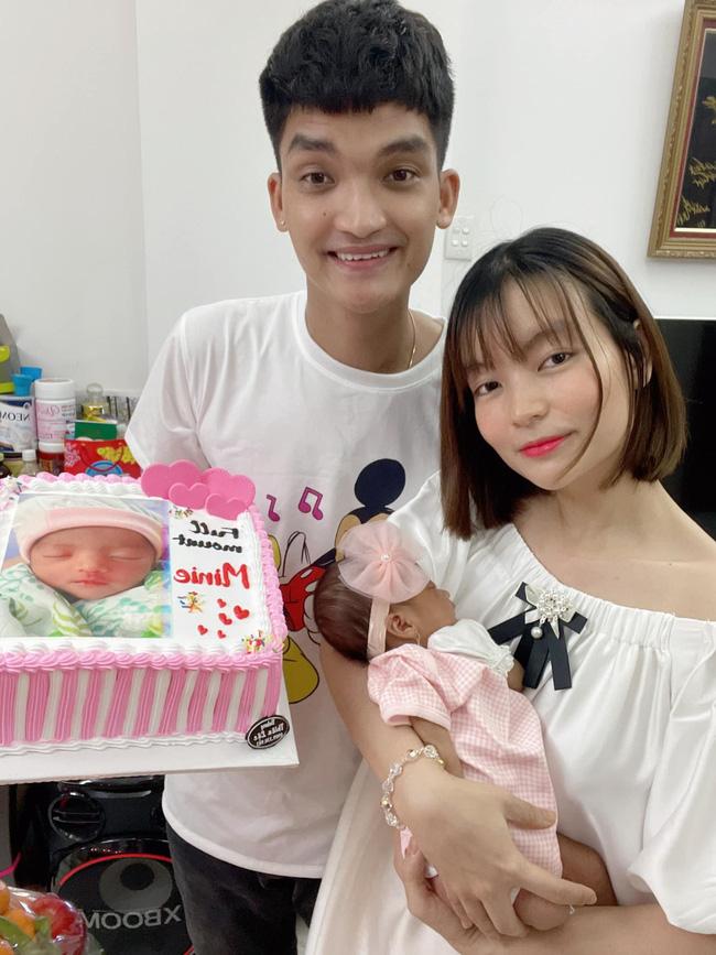 Tròn 1 tháng tuổi, con gái Mạc Văn Khoa ngày càng đáng yêu, gia nhập hội rich kid khi được bố mẹ tặng quà hơn 250 triệu đồng-1