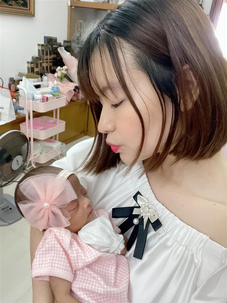 Tròn 1 tháng tuổi, con gái Mạc Văn Khoa ngày càng đáng yêu, gia nhập hội rich kid khi được bố mẹ tặng quà hơn 250 triệu đồng-2
