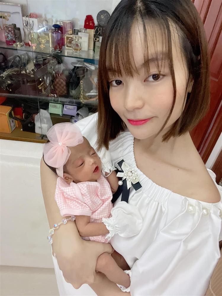 Tròn 1 tháng tuổi, con gái Mạc Văn Khoa ngày càng đáng yêu, gia nhập hội rich kid khi được bố mẹ tặng quà hơn 250 triệu đồng-3