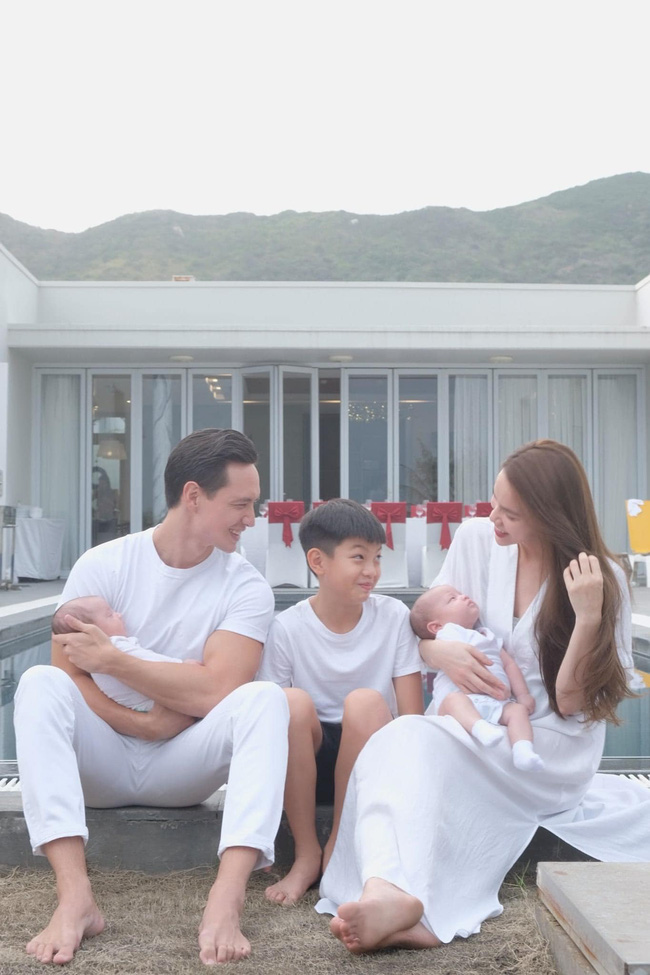 Hồ Ngọc Hà tung loạt ảnh gia đình 5 người nhưng ánh mắt của Subeo và Kim Lý lại được chú ý nhất-1