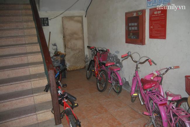 Mục sở thị khu chung cư biết tự đẻ thêm căn hộ ở Hà Nội: Nhếch nhác vì xuống cấp trầm trọng, 5 năm đi kiện chủ đầu tư vẫn phớt lờ-5