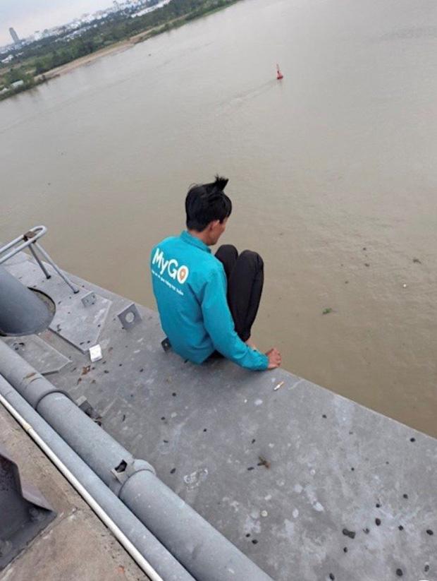 Giải cứu thanh niên thua chứng khoán định nhảy cầu tự tử-1