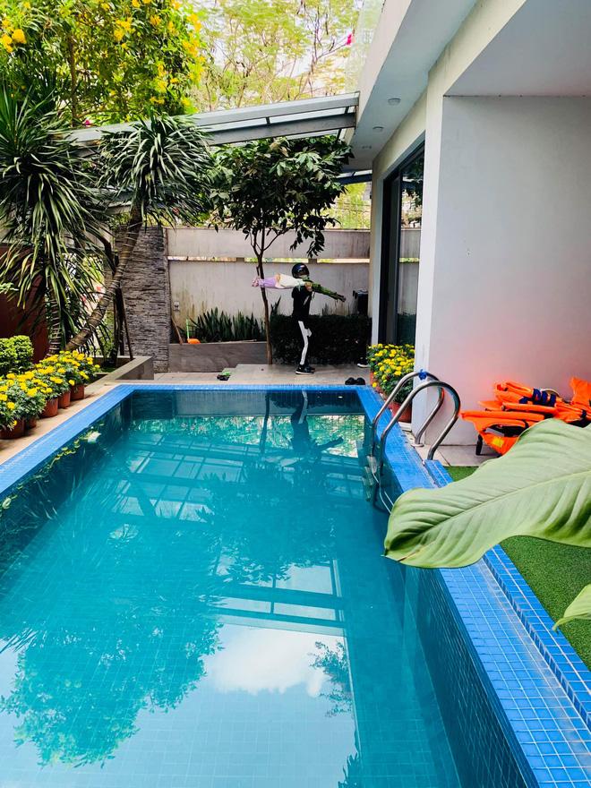 """Thăm nhà Hồ Ngọc Hà: Phòng khách rộng thênh có view bể bơi, phòng ngủ sang chảnh nhìn muốn xỉu ngang""""-7"""