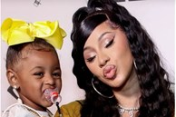Nữ ca sĩ người Mỹ đang hát ca khúc có nội dung về tình dục thì con gái 2 tuổi lại gần, phản ứng sau đó khiến cô được khen biết dạy con