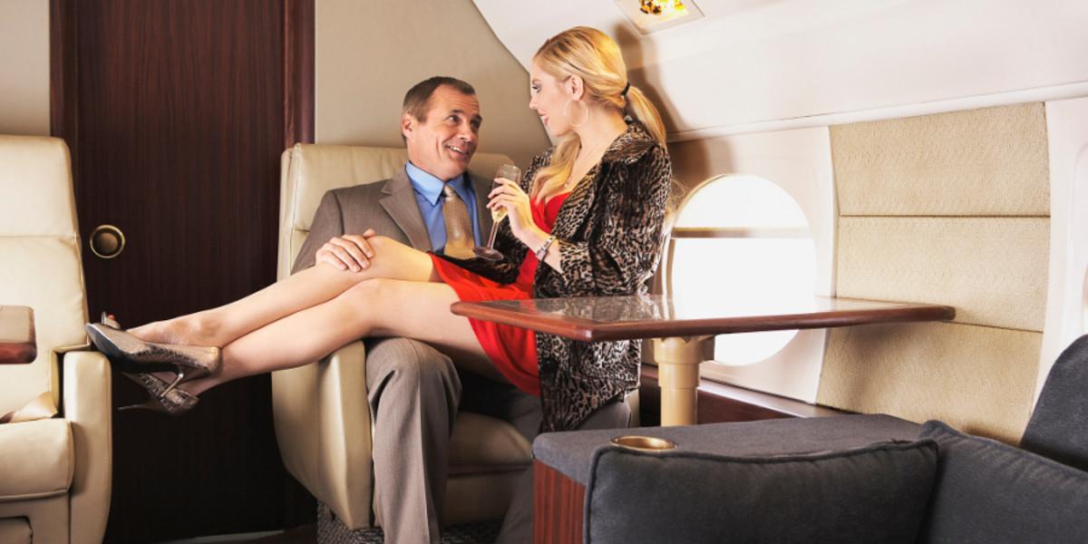 Mảng tối rùng mình phía sau nghề tiếp viên hàng không hào nhoáng: Mua vui cho khách hạng sang ngay trên máy bay, quan hệ với phi công còn viết lại nhật ký-4