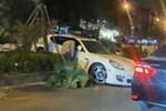 Vụ xe sang Porsche cày nát dải phân cách ở Hà Nội: Xuất hiện hình ảnh nghi là tài xế đứng cạnh xe bấm điện thoại, không có chuyện đột quỵ?-4