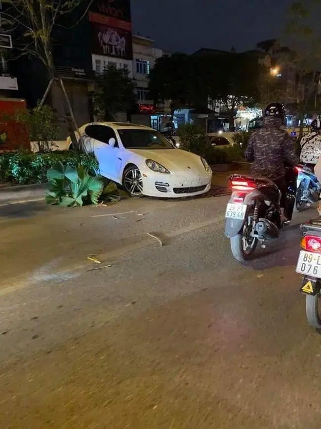 Vụ xe sang Porsche cày nát dải phân cách ở Hà Nội: Xuất hiện hình ảnh nghi là tài xế đứng cạnh xe bấm điện thoại, không có chuyện đột quỵ?-1