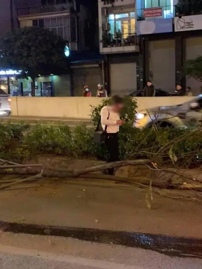 Vụ xe sang Porsche cày nát dải phân cách ở Hà Nội: Xuất hiện hình ảnh nghi là tài xế đứng cạnh xe bấm điện thoại, không có chuyện đột quỵ?-2