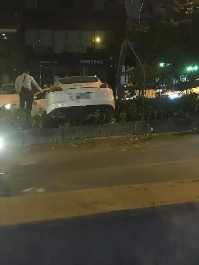 Vụ xe sang Porsche cày nát dải phân cách ở Hà Nội: Xuất hiện hình ảnh nghi là tài xế đứng cạnh xe bấm điện thoại, không có chuyện đột quỵ?-3