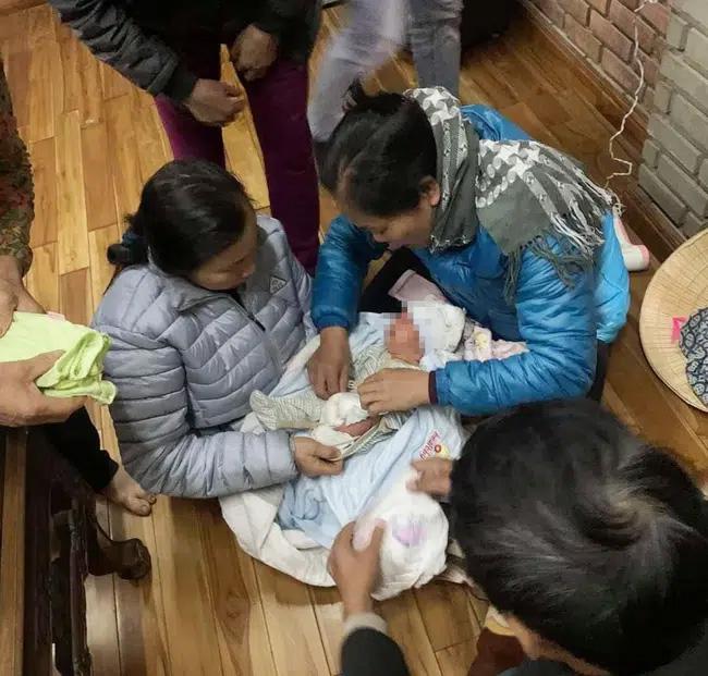 Xót xa bé trai sơ sinh bị bỏ rơi gần cổng chùa giữa thời tiết lạnh giá cùng lời nhắn Con là một người mẹ tội lỗi-3