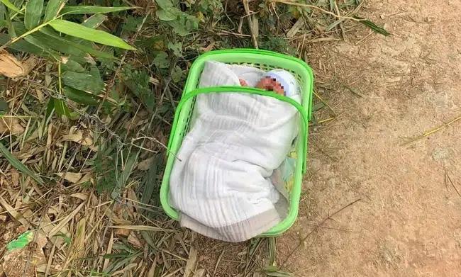 Xót xa bé trai sơ sinh bị bỏ rơi gần cổng chùa giữa thời tiết lạnh giá cùng lời nhắn Con là một người mẹ tội lỗi-1