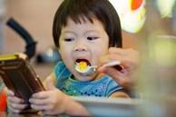 Thói quen ăn uống không tốt sẽ ảnh hưởng đến sức khỏe và tương lai của bé, cha mẹ chớ nên dung túng kẻo hối hận