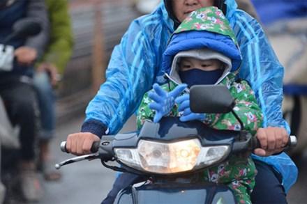 Video: Người Hà Nội co ro trong ngày đầu đợt rét hại