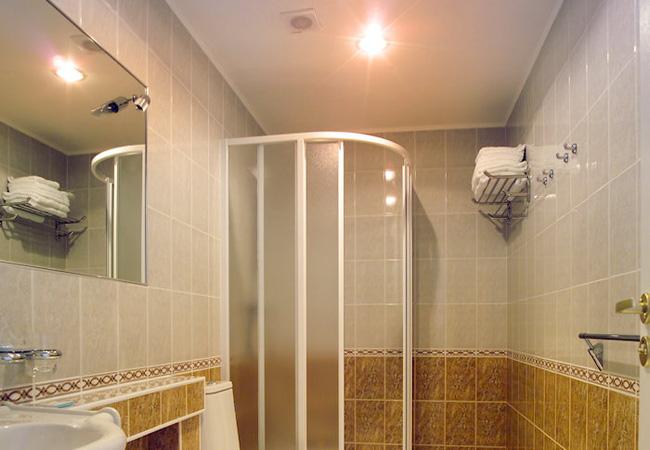 Dùng đèn sưởi nhà tắm vào ngày rét đậm: Chuyên gia khuyến cáo cần ghi nhớ 4 lưu ý sống còn-1
