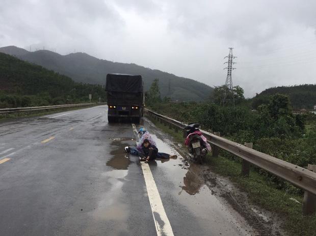 Tai nạn thương tâm: Hai mẹ con ngồi bệt xuống đường, ôm thi thể chồng khóc ngất giữa trời mưa lạnh-1