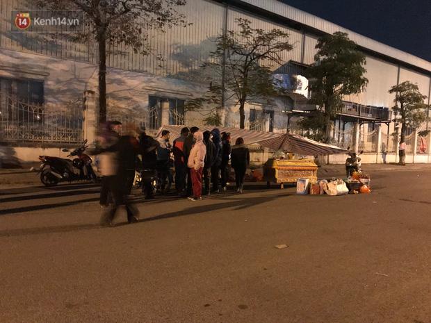 Vụ cô gái bị nam thanh niên sát hại dã man ở Hà Nội: Người thân khóc ngất giữa đêm đông lạnh giá tại hiện trường-4