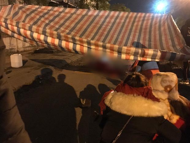 Vụ cô gái bị nam thanh niên sát hại dã man ở Hà Nội: Người thân khóc ngất giữa đêm đông lạnh giá tại hiện trường-6