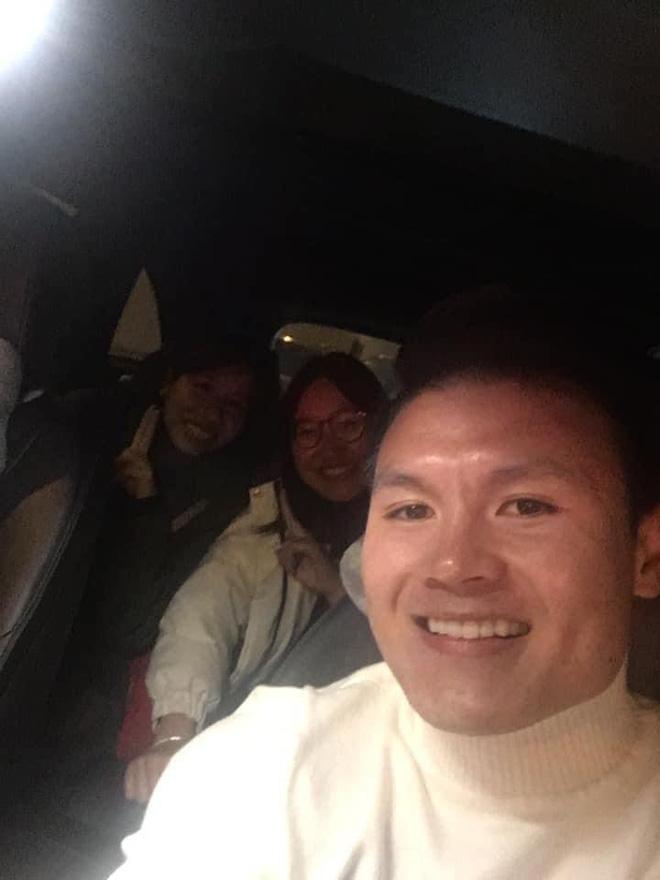 Dân tình share rầm rộ ảnh Quang Hải cho 2 cô giáo quá giang trên con Mẹc lừng lẫy MXH một thời-3