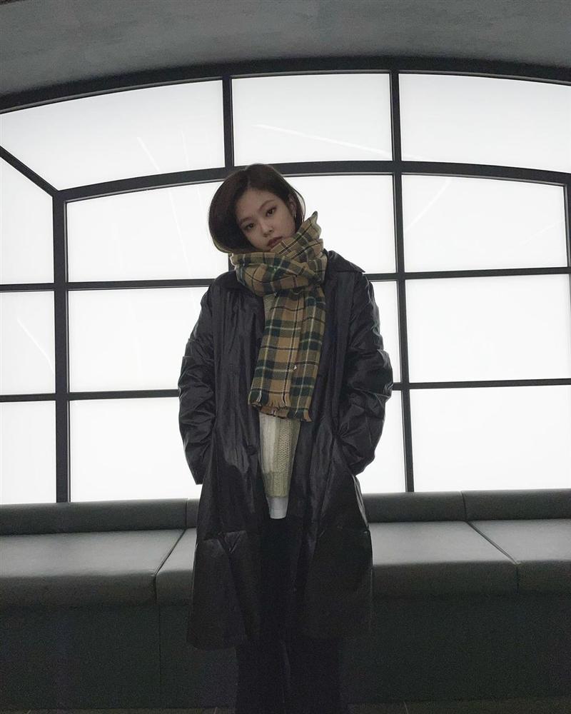 Không phải áo khoác dáng dài, đây mới là những kiểu áo được sao Kpop ưu ái trong ngày đại hàn-6