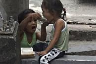 Cho cậu bé vô gia cư hộp bánh, cặp vợ chồng sửng sốt khi thấy đứa trẻ chạy tót đi và diễn biến sau đó khiến họ ứa nước mắt