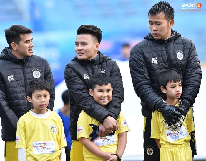 BTC trận Siêu Cúp Quốc gia bị chỉ trích vì để trẻ em mặc áo cộc tay ra sân giữa trời rét 10 độ C-1