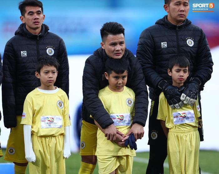 BTC trận Siêu Cúp Quốc gia bị chỉ trích vì để trẻ em mặc áo cộc tay ra sân giữa trời rét 10 độ C-2