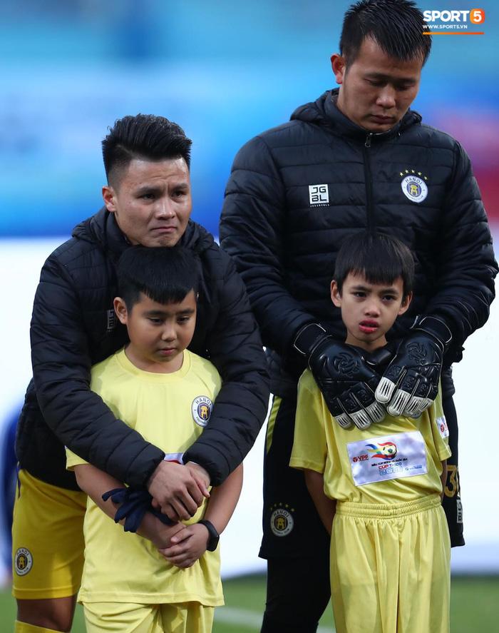 BTC trận Siêu Cúp Quốc gia bị chỉ trích vì để trẻ em mặc áo cộc tay ra sân giữa trời rét 10 độ C-3