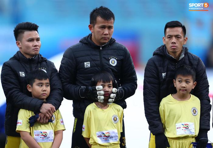 BTC trận Siêu Cúp Quốc gia bị chỉ trích vì để trẻ em mặc áo cộc tay ra sân giữa trời rét 10 độ C-5