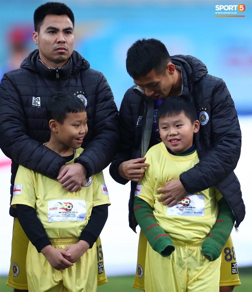 BTC trận Siêu Cúp Quốc gia bị chỉ trích vì để trẻ em mặc áo cộc tay ra sân giữa trời rét 10 độ C-6
