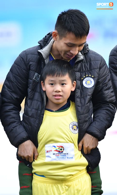 BTC trận Siêu Cúp Quốc gia bị chỉ trích vì để trẻ em mặc áo cộc tay ra sân giữa trời rét 10 độ C-7