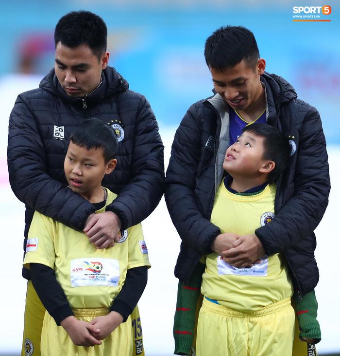 BTC trận Siêu Cúp Quốc gia bị chỉ trích vì để trẻ em mặc áo cộc tay ra sân giữa trời rét 10 độ C-8