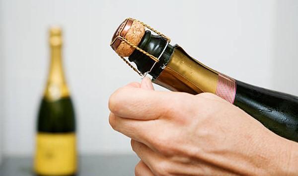 Mẹo khui rượu vang đón năm mới rực rỡ, dù thiếu dụng cụ mở cũng chẳng thể cản trở cuộc vui của bạn-6
