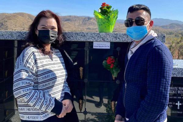 Hoài Tâm và ca sĩ Phương Loan đến viếng mộ sau 1 tháng NS Chí Tài an nghỉ