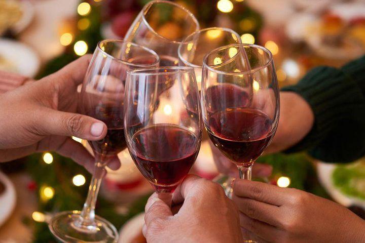 Mẹo khui rượu vang đón năm mới rực rỡ, dù thiếu dụng cụ mở cũng chẳng thể cản trở cuộc vui của bạn-1
