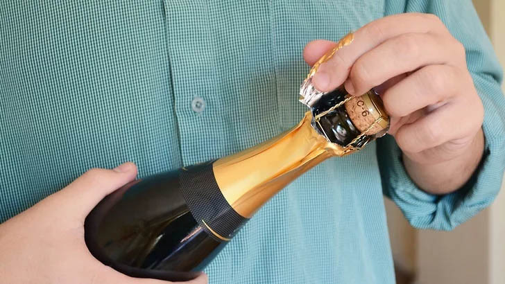 Mẹo khui rượu vang đón năm mới rực rỡ, dù thiếu dụng cụ mở cũng chẳng thể cản trở cuộc vui của bạn-5