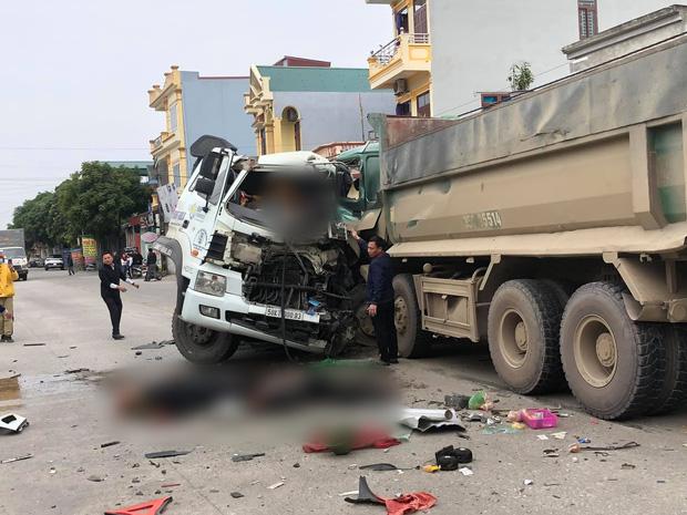 Ninh Bình: Hai ô tô đấu đầu kinh hoàng, 4 người nhập viện khẩn cấp-1
