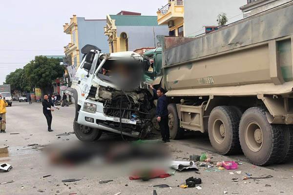 Ninh Bình: Hai ô tô đấu đầu kinh hoàng, 4 người nhập viện khẩn cấp